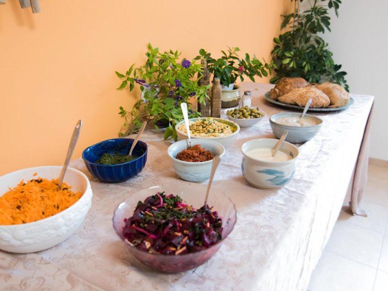 מגוון סלטים בארוחת בוקר